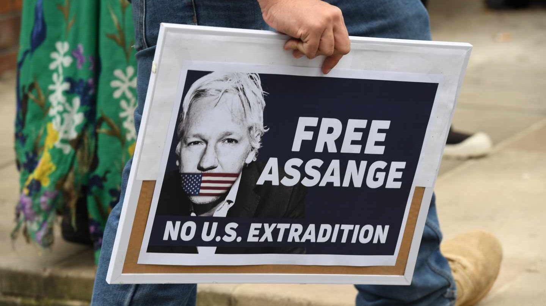Un seguidor de Assange porta una pancara en demanda de su liberación