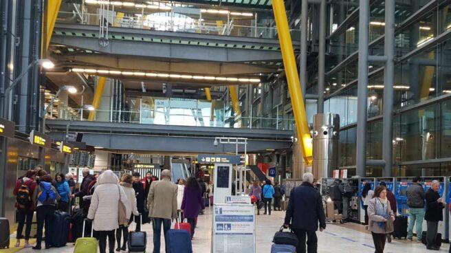 Pasajeros en la T-4 del Aeropuerto Adolfo Suárez-Barajas de Madrid.