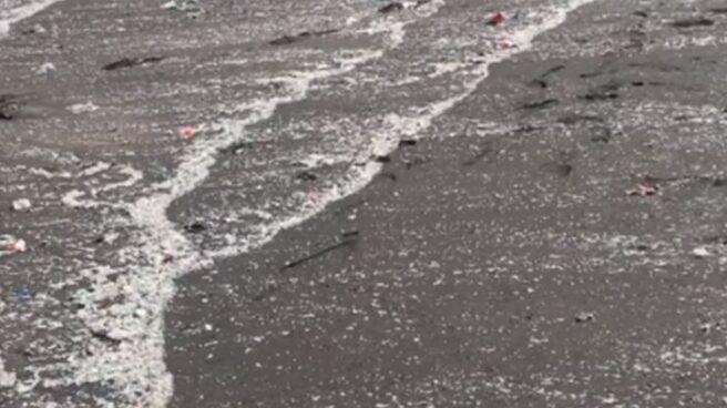 Microplásticos en una playa de Tenerife.