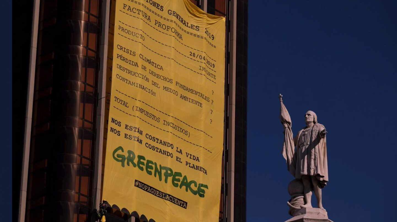 Pancarta de Greenpeace en la Torre de Colón