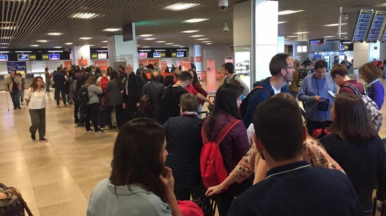 Largas colas en el aeropuerto de Madrid para pasar los controles de seguridad