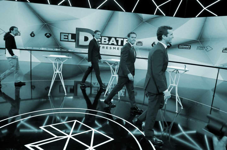 Los candidatos a presidir el Gobierno de España tras las elecciones generales, Pablo Casado (PP) (d); Pablo Iglesias (Unidas Podemos) (i); Pedro Sánchez (PSOE) (2i) y Albert Rivera (Cs) (2d), antes del inicio del segundo debate electoral a cuatro celebrado este martes en la sede de Atresmedia, en Madrid.