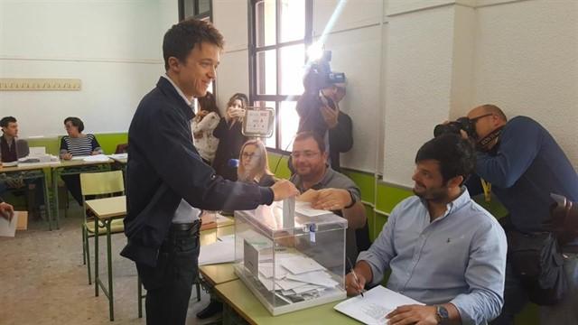 Iñigo Errejón vota el 28-A.