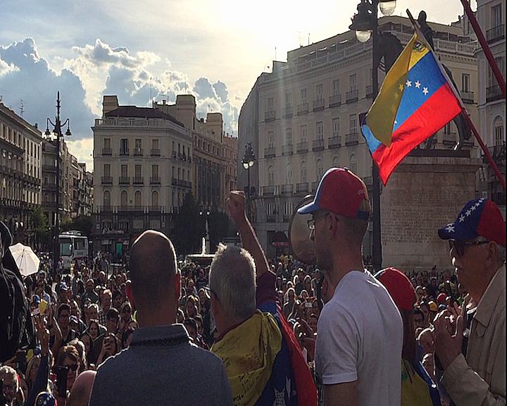 Cientos de personas han apoyado a Guaidó en Madrid