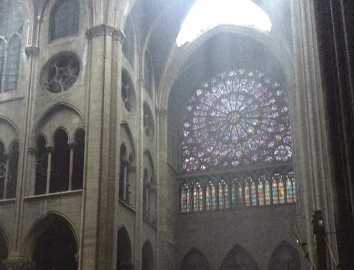 Imagen del rosetón principal de la catedral tras el incendio