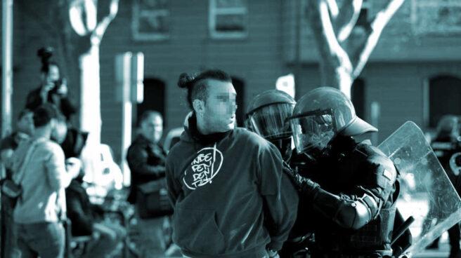 Un joven es detenido por agentes de la Ertzaintza durante la concentración en Bilbao contra Vox.