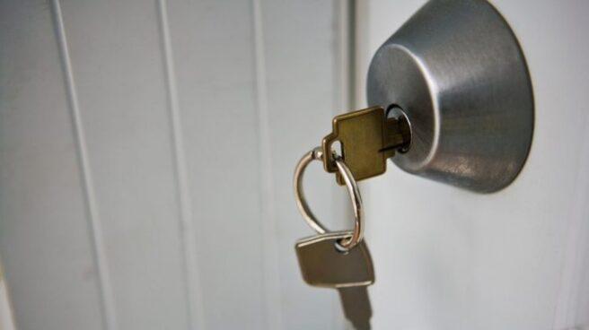Llaves de casa en una cerradura