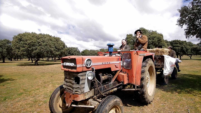 Abascal y Morante pasean con un tractor por el campo