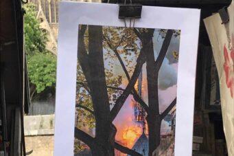 Fotografía del incendio de Notre-Dame a la venta en los puestos que bordean la catedral.