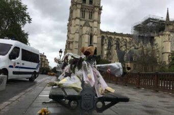 Flores en el exterior de una Notre-Dame acordonada por la Policía francesa.