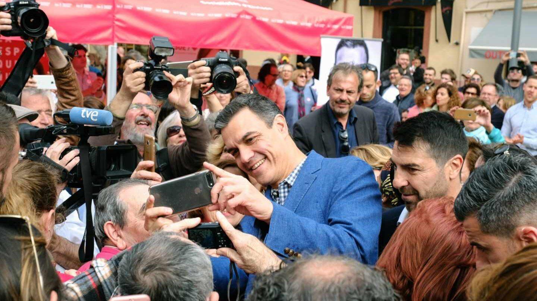 El presidente de Gobierno y candidato del PSOE a la reelección, Pedro Sánchez (c), se fotografía con simpatizantes durante el paseo electoral que ha efectuado hoy por las calles de Ibiza