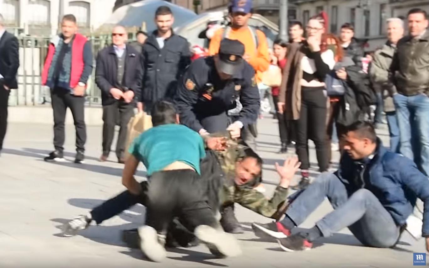 Un momento captado de la pelea en la Puerta del Sol, en Madrid.