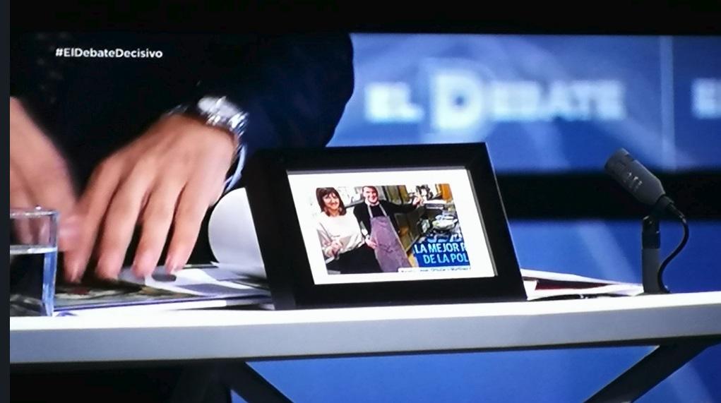 Rivera ha acudido este martes con una fotografía enmarcada de Idoia Mendia (PSE) y Arnaldo Otegi (Bildu)