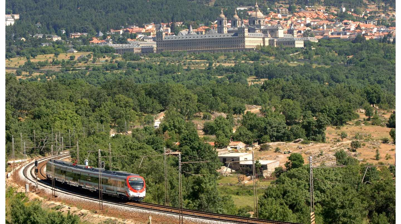 Tren de la red de Cercanías próximo al Monasterio de El Escorial, en Madrid.