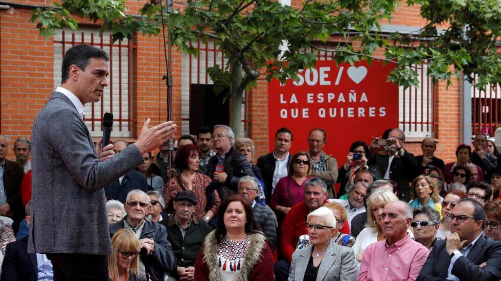El presidente del Gobierno y candidato del PSOE para las elecciones del 28 de abril, Pedro Sánchez, pronuncia su discurso durante un acto de campaña electoral este lunes en Madrid.