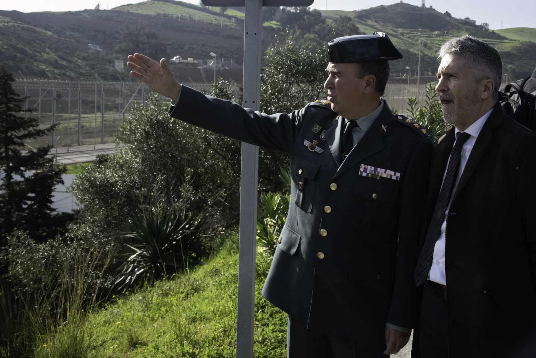 El ministro Grande-Marlasla recibe las explicaciones de un teniente coronel de la Guardia Civil el pasado 23 de febrero durante su visita a la frontera de El Tarajal (Ceuta).