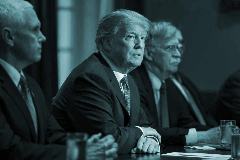 Donald Trump con sus asesores en Siria.