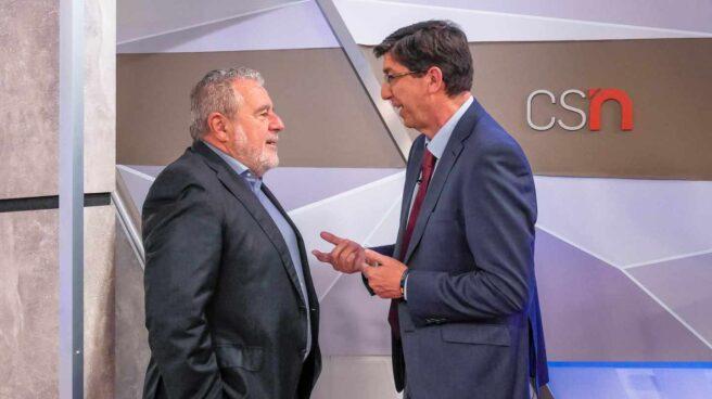 El subdirector general de la RTVA, Joaquín Durán, departe con el vicepresidente de la Junta de Andalucía, Juan Marín (Cs).