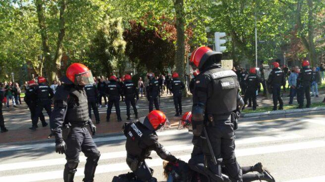 La Ertzaintza detiene a una joven en Bilbao durante las protestas contra el mitin de Vox.