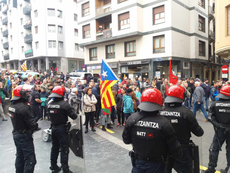 Protestas en Rentería ante la llegada del líder de Ciudadanos, Albert Rivera.