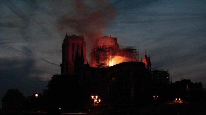 La catedral de Notre-Dame durante el incendio del lunes.