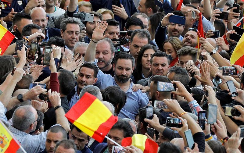 Santiago Abascal, en Valencia, rodeado de seguidores.