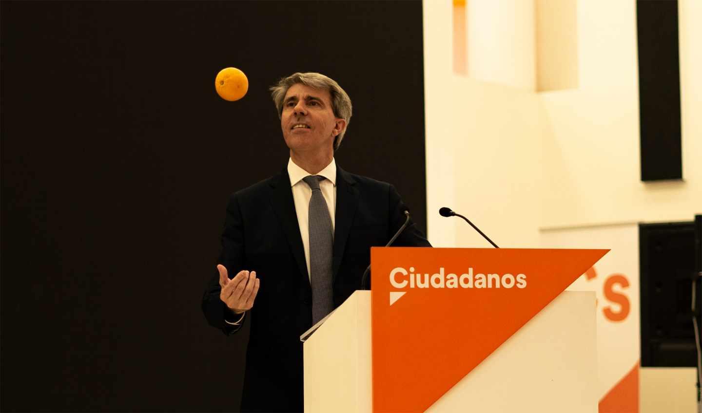 El expresidente de Madrid, Ángel Garrido, juega con una naranja en la sede de Ciudadanos