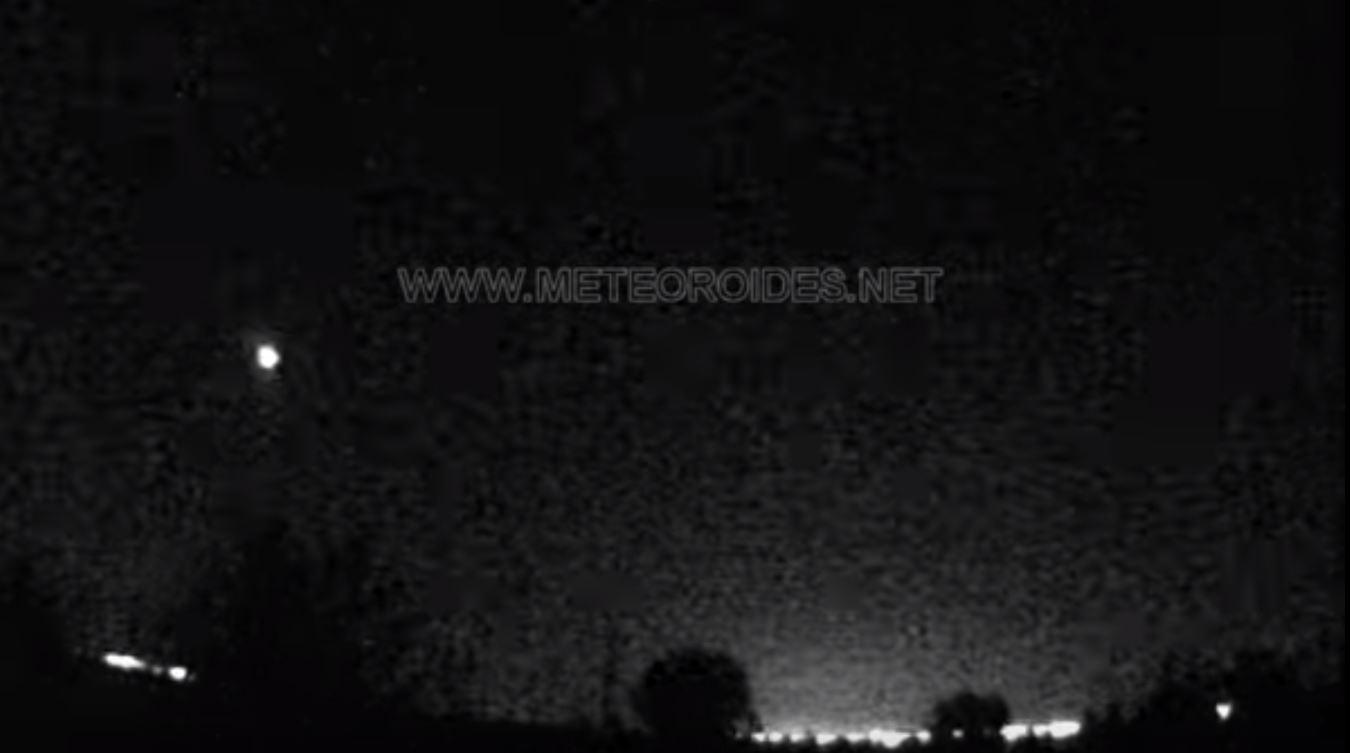 Captura del vídeo que recoge como la bola de fuego sobrevuela el cielo.