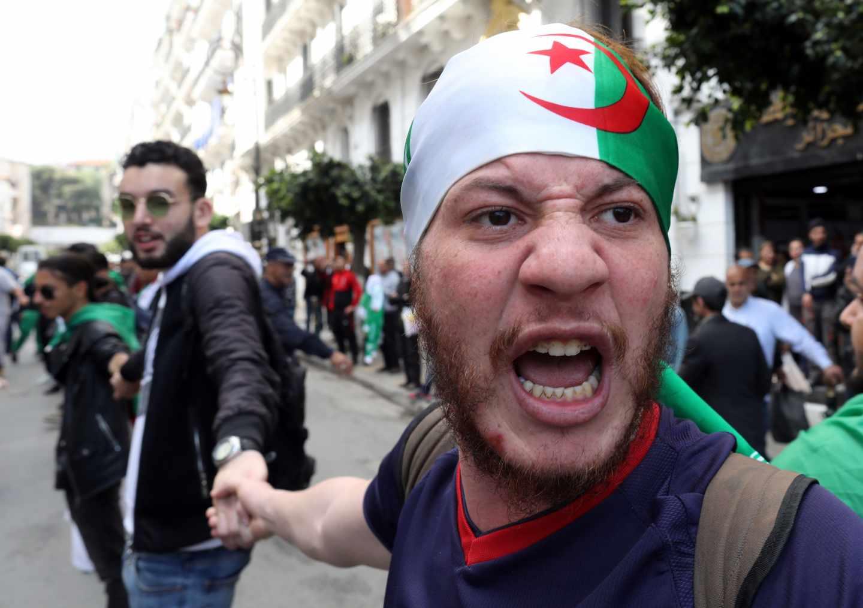 Un estudiante, durante las protestas en Argelia contra Bouteflika.