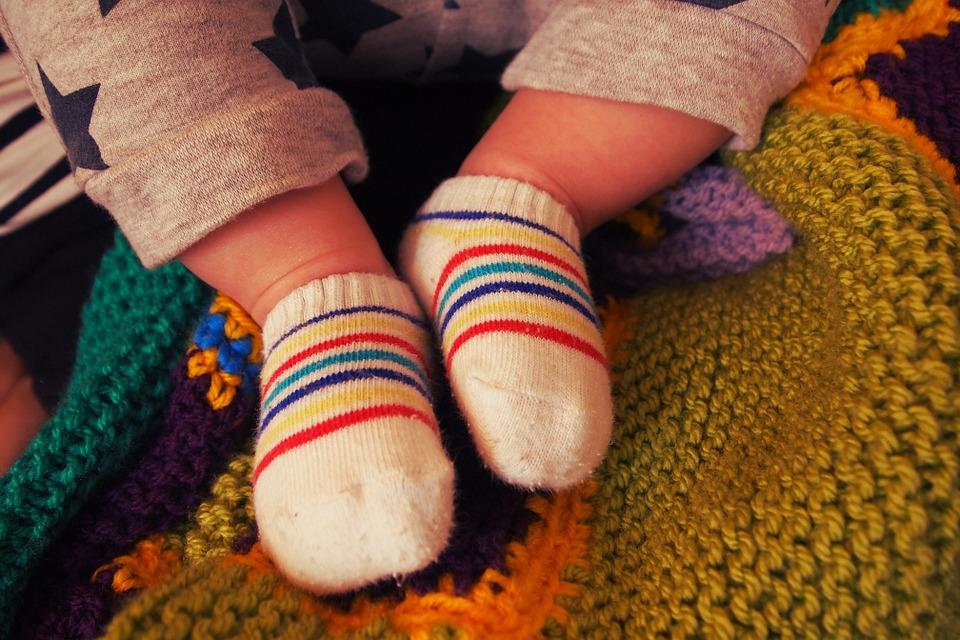 Un estudio dice que nueve de cada 10 calcetines de bebés contienen restos de dos tóxicos perjudiciales para la salud.
