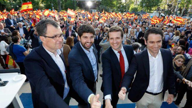 Pablo Casado, con su equipo.