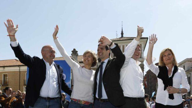 Carnero (izquierda), Mañuego (segundo por la derecha) y Del Olmo (derecha) flanquean a Casado en un acto del pasado 13 de abril.