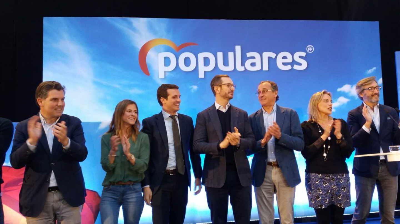 Pablo Casado y Javier Maroto, entre otros responsables del PP en el País Vasco, en un acto de campaña.