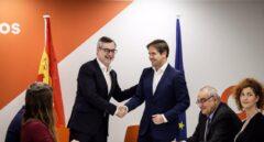 José Manuel Villegas y Cristiano Brown firman el acuerdo electoral entre Cs y UPyD para las elecciones generales, europeas, autonómicas y municipales.