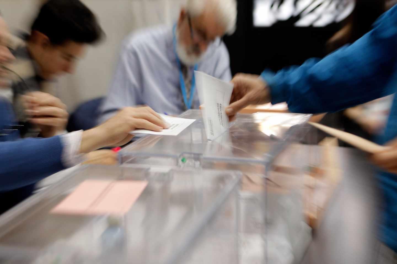 Urnas en un colegio electoral de Valencia.