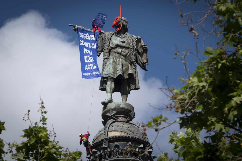 Activistas de Greenpeace en la estatua de Colón.