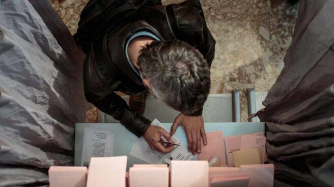 Un ciudadano vota durante las elecciones generales de este domingo.