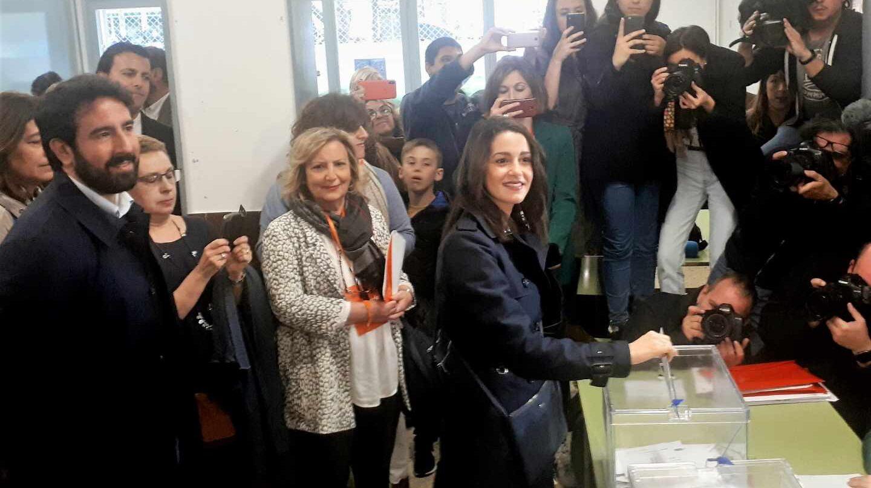 Inés Arrimadas vota en su colegio electoral.