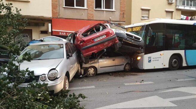 Colisión de un autobús en Málaga tras el infarto de su conductor.