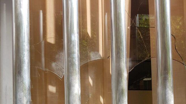 Cristales rotos en la sede nacional de Vox en Madrid
