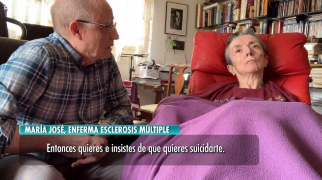 Ángel Hernández conversa con su mujer, María José Carrasco, un día antes de ayudarla a morir.