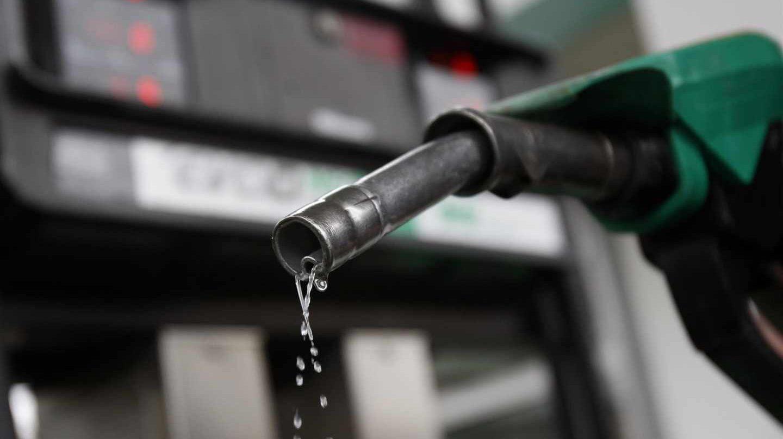 Un boquerel de suministro de carburante en el surtidor de una gasolinera.