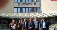 Guillermo Freire (Unión GC), Luis Miguel Martín (AEGC), Alberto Moya (AUGC), José Francisco Silva (ASESGC), José Manuel Rodríguez Tovar (AP Cabos) y Ángel Ramírez (ASESGC), este miércoles a las puertas del juzgado.