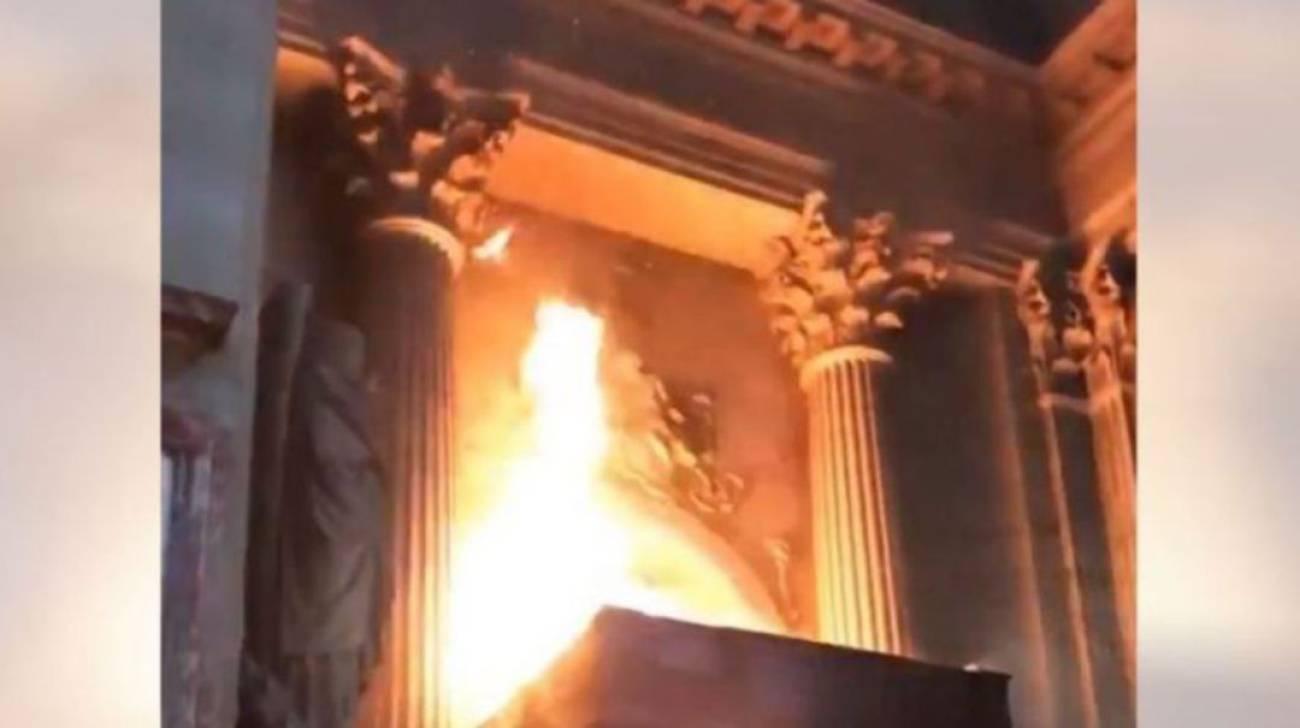 Incendio en la iglesia de San Sulpicio, en París, el pasado 17 de marzo.
