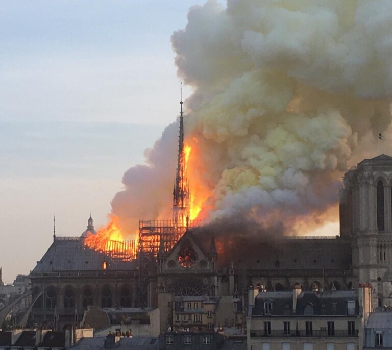 Un incendio destruye Notre-Dame, el símbolo de París