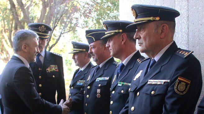 Fernando Grande-Marlaska, hoy ministro del Interior en funciones, saluda a un grupo de policías.