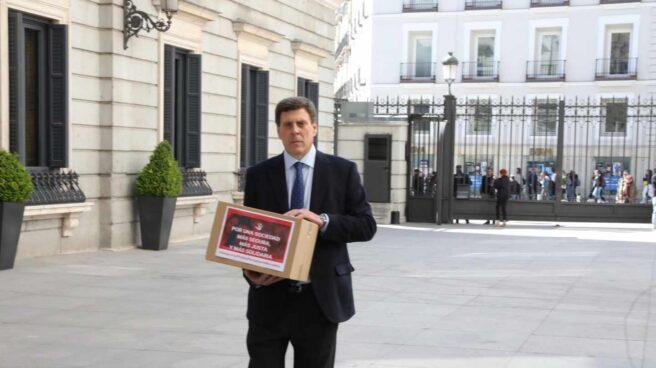 Juan Carlos Quer presenta en el Congreso las firmas en apoyo a la Prisión Permanente Revisable.