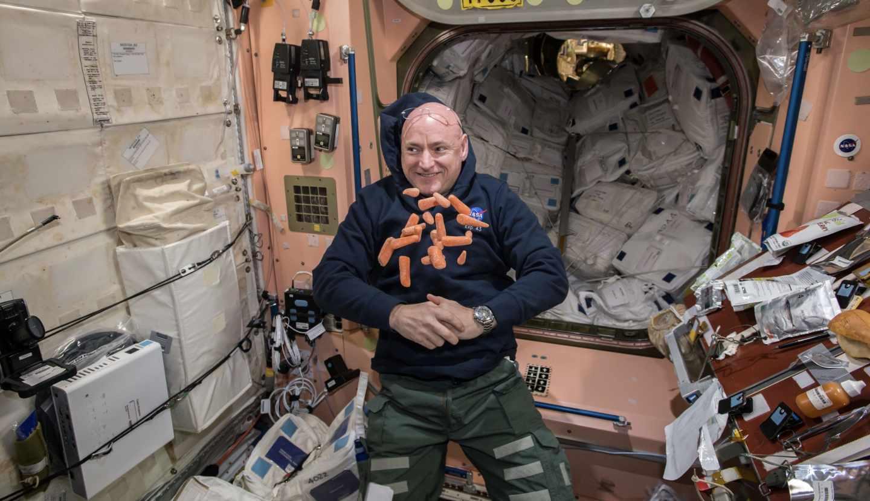 La comida, un foco de bacterias siempre presente el la ISS. Aquí, con Scott Kelly