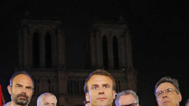Emmanuel Macron atiende a la prensa ante la fachada de Notre-Dame.