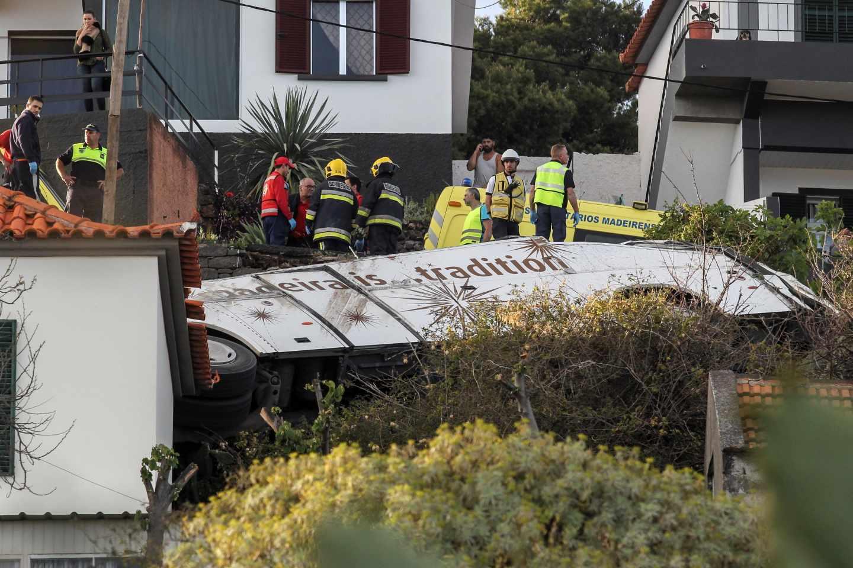Rescatistas inspeccionan el lugar del accidente.
